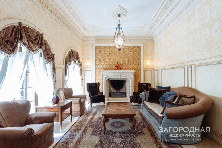 Интерьеры оформлены в классическом английском стиле в благородных пастельных тонах. В отделке использованы исключительно натуральные материалы: дерево, мрамор, гипсовая лепнина. Дом полностью укомплектован эксклюзивной мебелью Marchetti, освещением Masiero