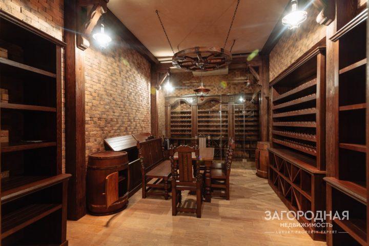 Винный погреб с дегустационной комнатой обустроен в подвале и оснащен оборудованием для поддержания необходимых параметров влажности и температуры